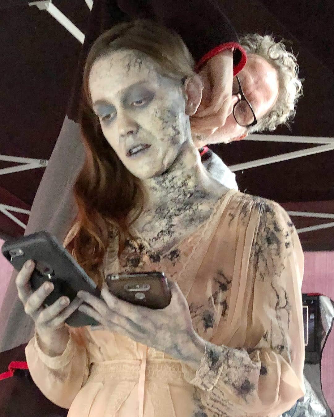 Victoria Pedretti Looks Like a Social Media Zombie : SNS 依存症のソーシャル・メディア・ゾンビみたいな注目の新人女優のヴィクトリア・ペドレッティ ! !