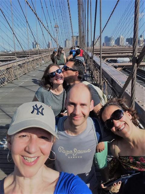 Uma-miúda-em-Nova-Iorque-armazém-de-ideias-ilimitada-primos-amigos-na-brooklyn-bridge