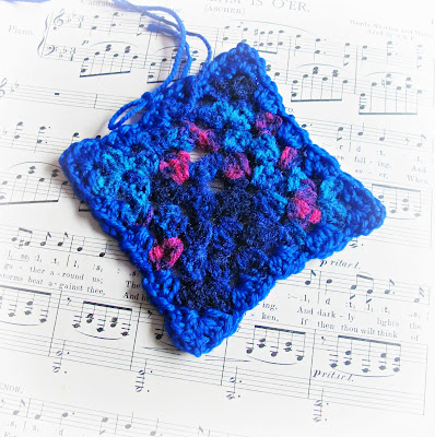 image granny square crochet blue variegated