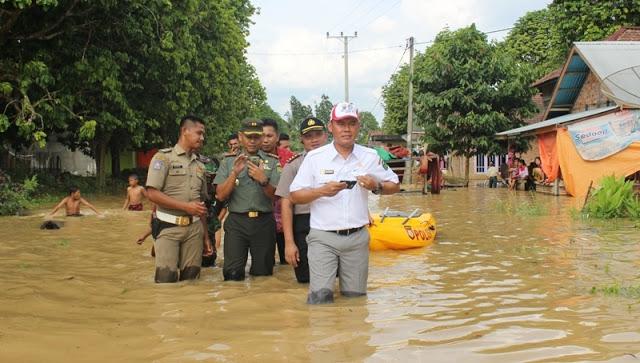 Bupati Tebo Tinjau Lokasi Banjir, Serahkan Bantuan untuk Korban