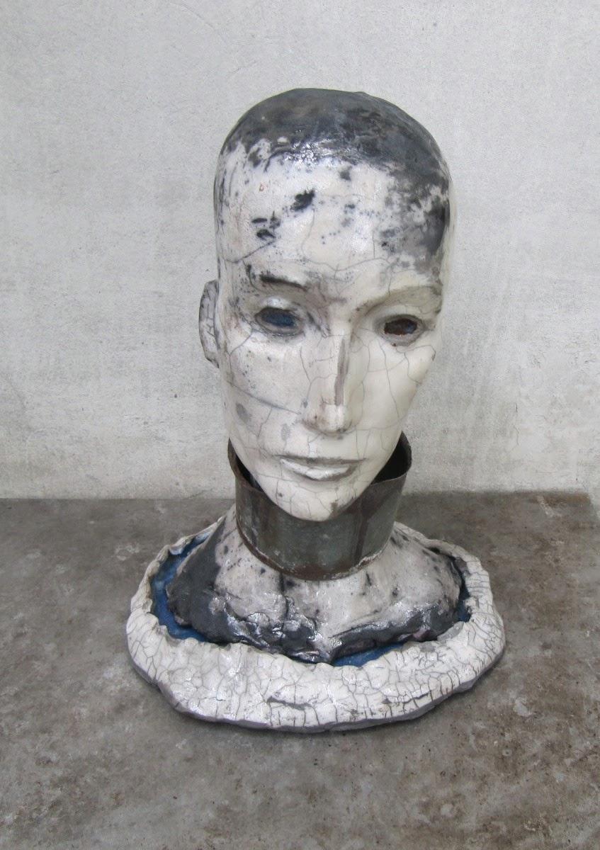 Rzeźba współczesna czarno-biała przestawiająca głowę