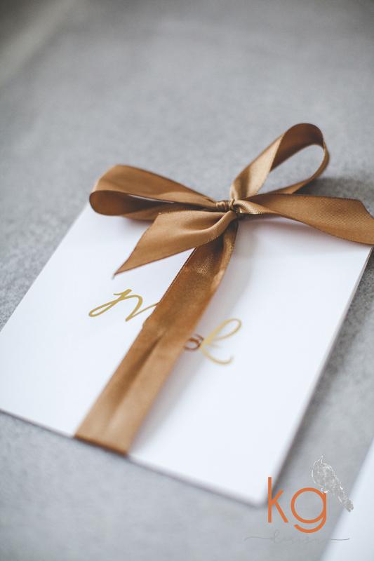 błyszczące zaproszenia, gold foil, metaliczne, minimalistyczne, wstążka, biało-złote, eleganckie, nietypowe, oryginalne, hand made, indywidualny projekt, dodatki ślubne, winietki, zawieszka, menu weselne, złoto błyszczaće na zaproszeniach, gold foil, srebrne błyszczace, kg design papeteria slubna, poligrafia slubna, wyjatkowe zaproszenia slubne