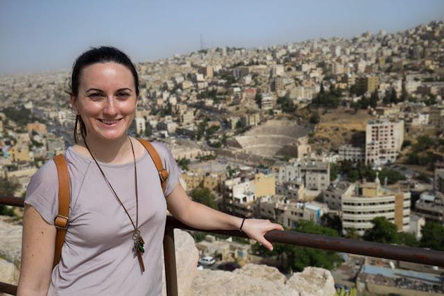 Lena con las vistas de Amman desde la Ciudadela