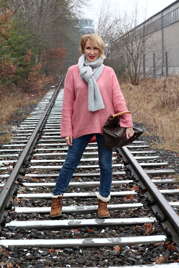 Winter-Outfit: Oversize -Pullover und Ugg Boots