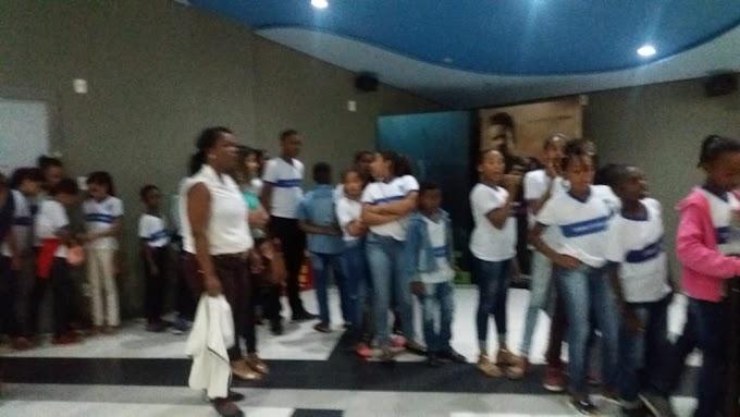Estudantes da Escola José Raimundo Gomes da Silva, realizam atividade no Shopping e Cinema de Feira de Santana