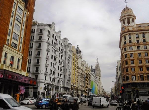 Majestuosos edificios se alzan con fachadas de diversos colores.