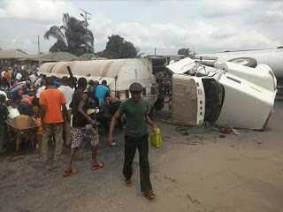 Residents scoop fuel from a fallen tanker in Akwa Ibom (Photos)
