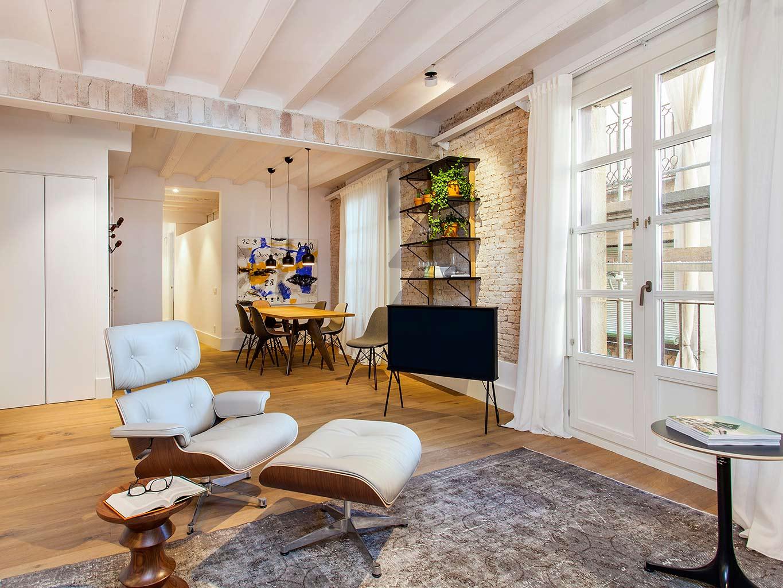 Un appartamento recuperato nel quartiere gotico a for Appartamento stile newyorkese