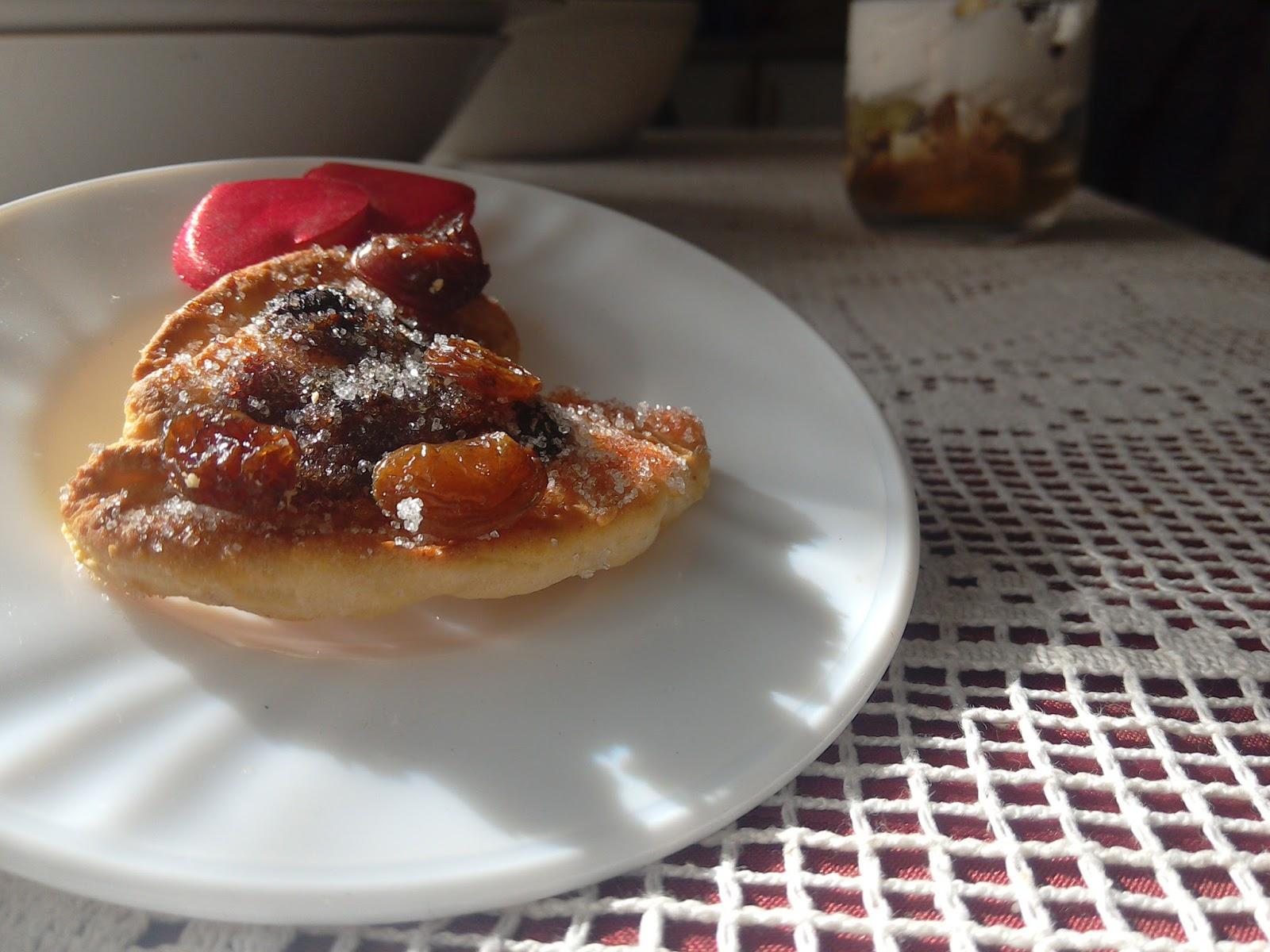 kolačić u obliku srca s grožđicama