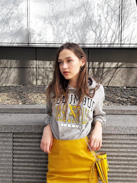 fashion, outfit, stylizacja z żółtą spódnicą, kabaretki, trendy 2019, wiosna 219, modelka, sesja, zdjęcia, fashion blogger, styl, co założyć, jak nosić ołówkową spódnicę, zdjęcia w Warszawie, miasto, grlpower, żółty