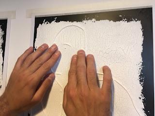Ο Βαγγέλης αγγίζει την ανάγλυφη απεικόνιση της φωτογραφίας (κοντινό στα χέρια)