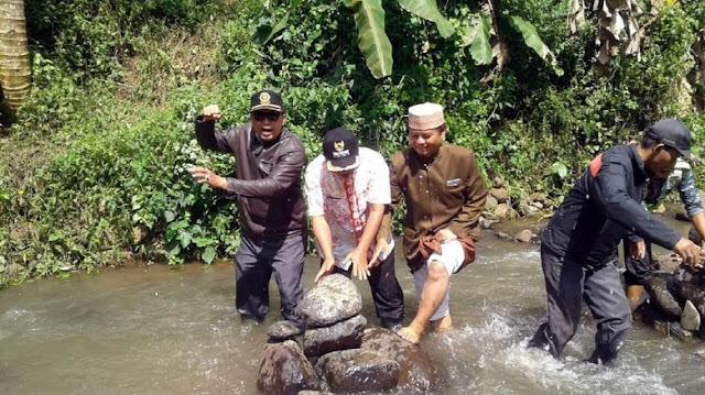 Dibuat Untuk Kampanye Peduli Lingkungan, Camat dan MUI Hancurkan Susunan Batu di Sungai Ini Karena Diisukan Ada Hal Mistis