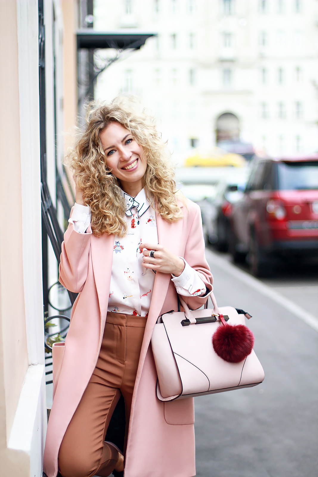 margarita_maslova_pink_coat_caramel_pants_cats_blouse_rose_quartz_bag_streetstyle_