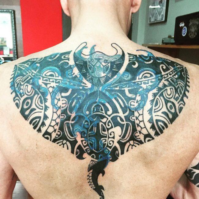 tatuaje de mantarraya cubriendo un tribal anterior