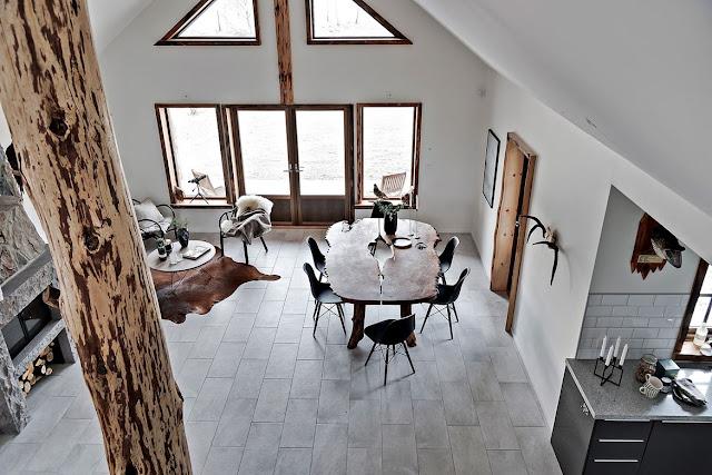 Lemn, piatră și atmosferă rustică într-o casă de 120 m² din Båstad, Suedia