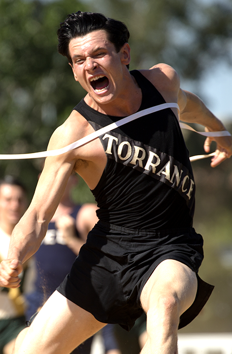 Jack O'Connell în rolul atletului Louis Zamperini din filmul Unbroken