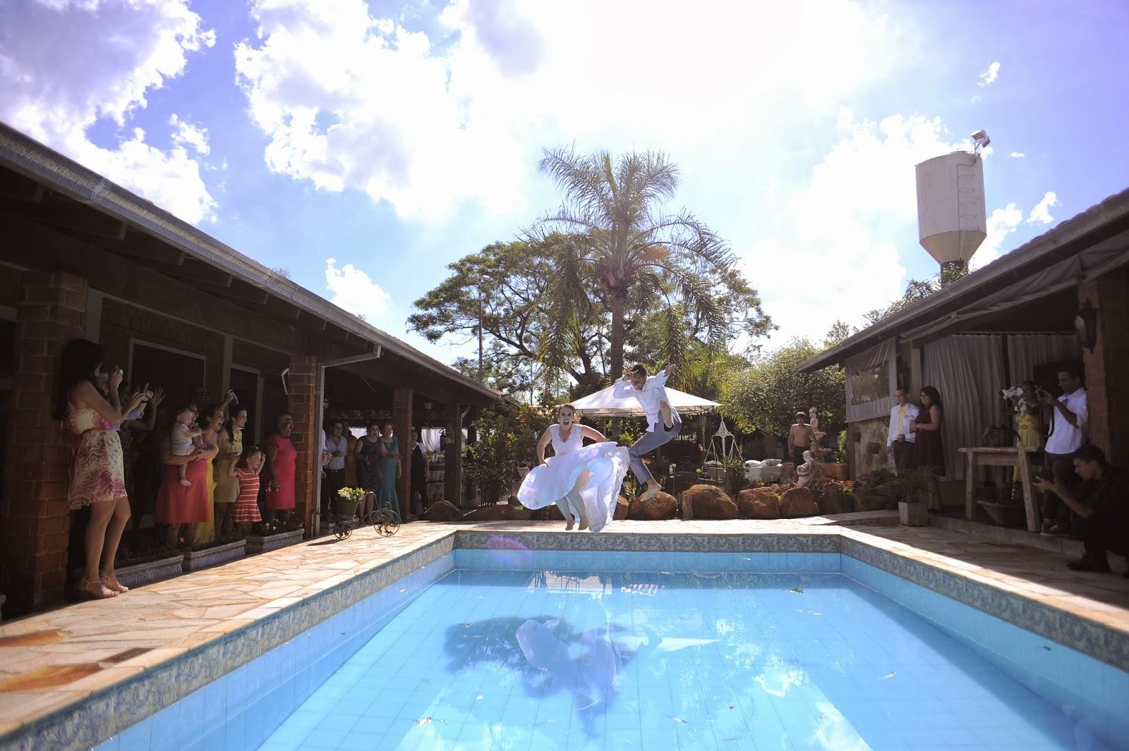 noivos-piscina-casamento-dia-azul-amarelo-1