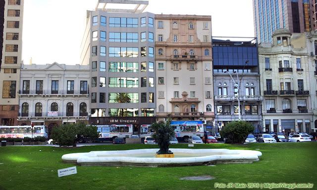 Edificações na Praça Independência em Montevidéu, Uruguai
