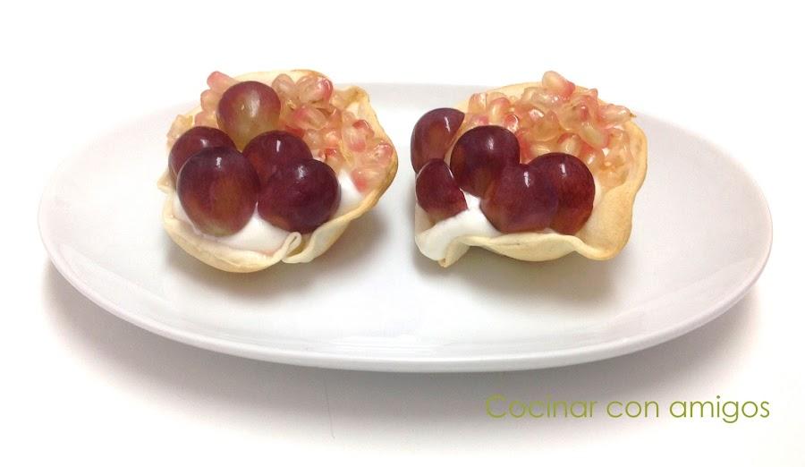 Tartaletas de yogur, uvas y granada