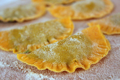 Safranravioli mit Feldsalat-Quarkfüllung und Mandeln in Weißweinsauce | Arthurs Tochter kocht. Der Blog für Food, Wine, Travel & Love von Astrid Paul