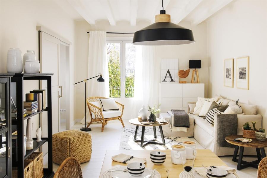 Czerń i biel w przytulnej aranżacji - wystrój wnętrz, wnętrza, urządzanie mieszkania, dom, home decor, dekoracje, aranżacje, minty inspirations, styl skandynawski, scandinavian style, biała wnętrza, małe wnętrza, małe mieszkanie, otwarta przestrzeń, czerń i biel, balck & white, naturalne drewno, naturalne materiały, salon, pokój dzienny, living room, drewniany stolik kawowy, dywan, kanapa, ratanowy fotel, puf, lampa podłogowa