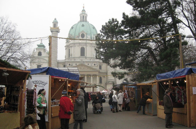 Wien - Weihnachtsmarkt an der Karlskirche