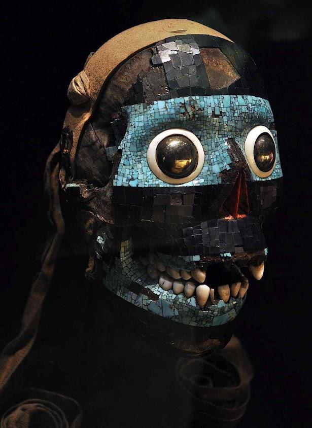 Máscara da divindade Tezcatlipoca, o cruel deus que habitaria na Mãe Terra, algo vagamente comparável à divindade Pachamama ou à deusa Gaia de recente invenção ecologista. Museu Britânico