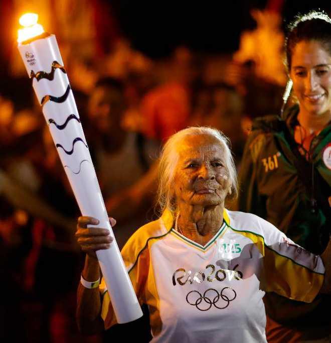 106 साल महिला मशाल