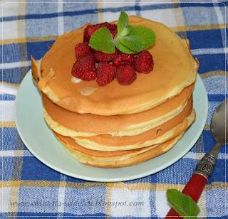https://swiat-na-widelcu.blogspot.com/2011/09/pancakes-z-bita-smietana-i-malinami.html