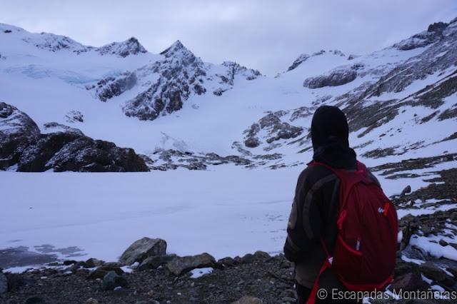 Laguna de los Témpanos congelada y Glaciar de Vinciguerra en Ushuaia, Argentina.