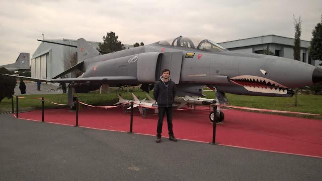 Harun İstenci McDonnell Douglas F-4 Phantom II yanında, İstanbul Havacılık Müzesi.