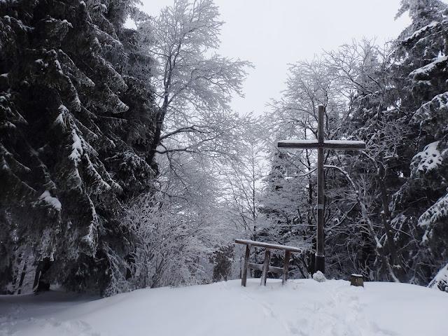 Szczyt Śnieżnicy, jest oczywiście krzyż.