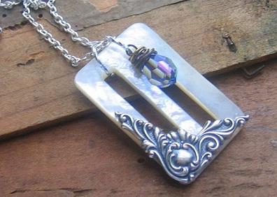 Gunakan gesper sabuk menjadi liontin kalung.