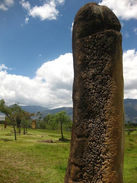 """Место нахождения Колумбия, Южная Америка. 5.647397, -73.558725 Археологический комплекс был назван Конкистадорами El Infiernito, по испански означает """"маленькое пекло"""". Изначальное название места и его архитекторы неизвестны. В месте есть одна погребальная камера и сотни менгиров и рукотворных артефактов. Многие менгиры выровнены по солнечным и лунным циклам, поэтому считают, что они были обсерваторией помимо места проведения ритуалов очищения. Для южной Америки подобные менгиры поляны редкость, такое привычно видеть в Европе. Член Фаллос"""