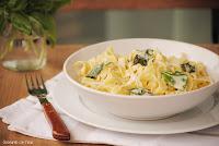 Fettuccine con salsa gorgonzola y albahaca