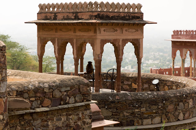 stay neemrana fort palace
