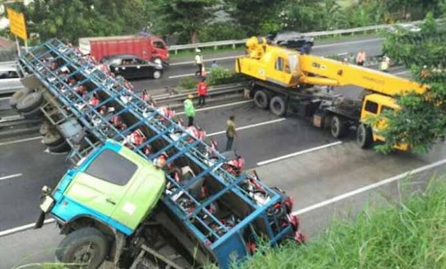 Truk Pengangkut Puluhan Honda CBR Terjungkir di Tol, Tapi Beruntung....