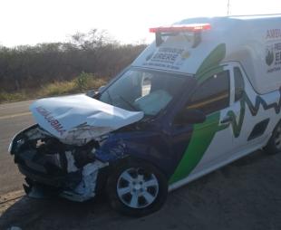 Colisão entre ambulância e carreta deixa um morto na BR-116