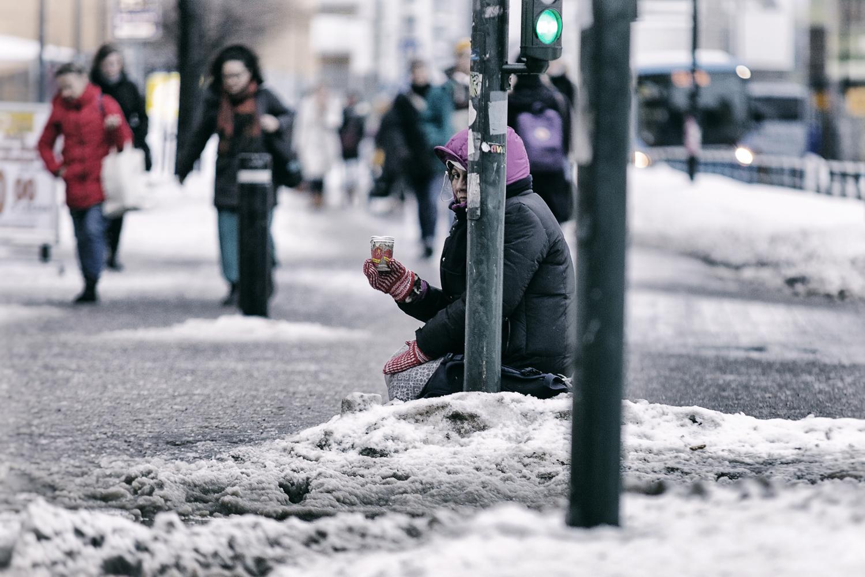 katukuvaus, katuvalokuva, streetphoto, streetphotography, Helsinki, Suomi, Finland, city, big city, capital, valokuvaaja, Frida Steiner, Visualaddict, talvi, winter, snow, streets, people, kerjäläinen