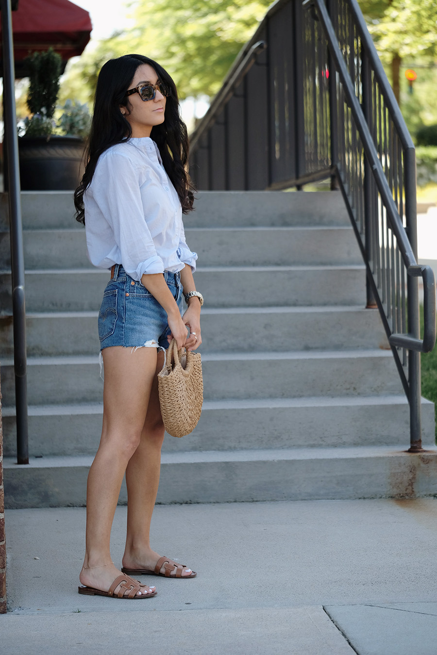 straw bag levis 501 how to style casual summer outfit