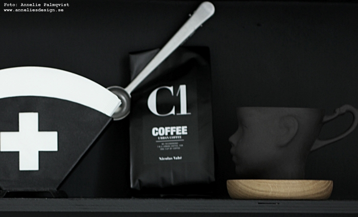 filterhållare, filterpåsar, annelie palmqvist, annelies design, webbutik, webbutiker, webshop, nätbutik, nätbutiker, nettbutikk, mugg ansikte, nicolas vahe, kaffe, kaffeförpackning, svart och vit, svartvitt, svarta och vita, ansikte mugg, muggar, kaffe, kaffemugg, kaffekopp, kopp, sked med clips, hylla, city trivet, city trivets, underlägg, fat av ek, glasunderlägg, grytunderlägg, skärbräda, house doctor, svart, svarta,