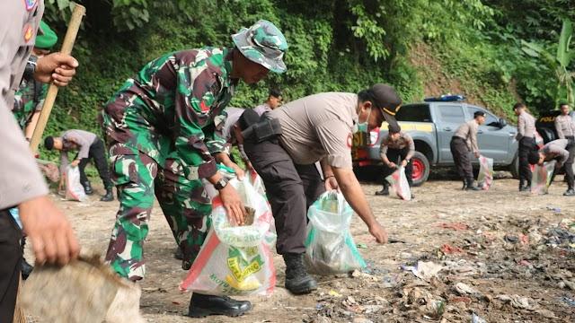 Sinergitas TNI dan Polda Banten, Laksanakan Aksi Pembersihan Sampah Di TPA dan Pasar