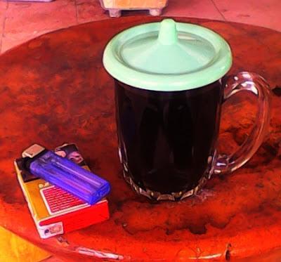 Gambar segelas kopi hitam