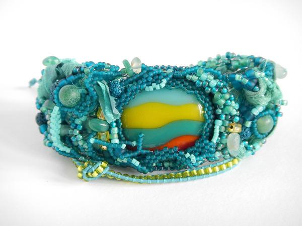 Bransoletka wykonana w technice freeform peyote i haft koralikowy