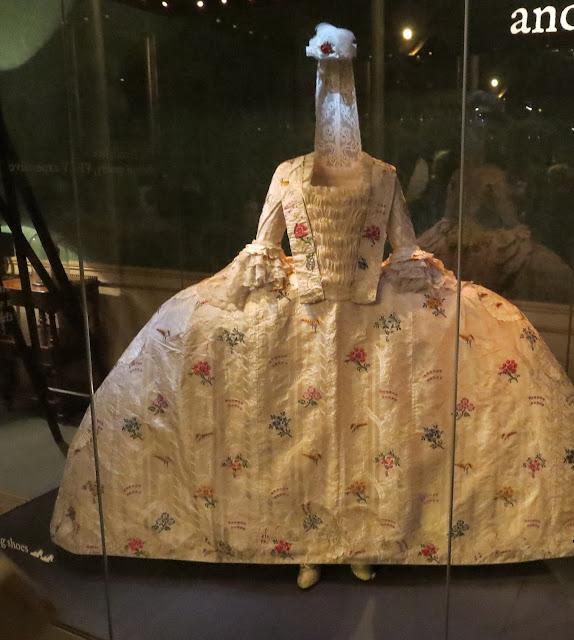 Kuningatar Victorian mekko