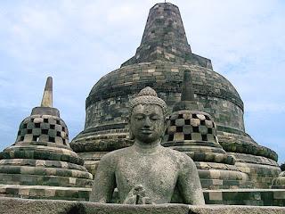 Candi Borobudur dibangun pada masa dinasti Syailendra oleh Raja Smaratunga pada abad 8, borobudur berasal dari bahasa sangsekerta yaitu dari kata Bara Yang artinya komplek candi atauBiara dan Buduhur artinya yang diatas jadi arti adalah komplek candi yang berada diatas bukit.  Cara penyusunan candi Borobudur menyerupai bunga teratai bila ini dilihat dari atas dengan maksud dari simbul simbol-simbol yang dipakai dalam penghormatan (puja) agama Buddha, melambangkan kesucian, mengingatkan umat Buddha untuk senantiasa menjaga pikiran dan hati tetap bersih meski berada di lingkungan yang tidak bersih.  Kalau kita lihat dari kejauhan, Borobudur akan tampak seperti susunan bangunan berundak atau semaca