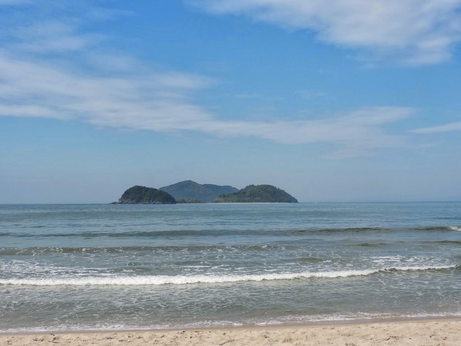 ac1a96e84fe2 Chegue cedo, pois essa praia tem um espaço estreito de areia e depois das  10 horas fica lotada! Sim, fica lotada nos finais de semana quentes, ...