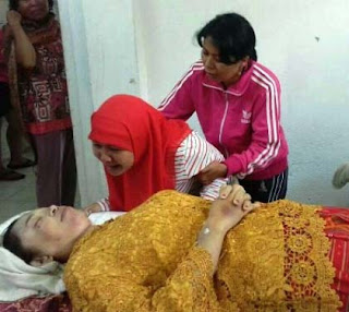 Keluarga korban menangis disamping jenazah korban