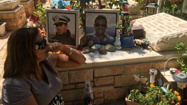 Irit Shahar visita a su hijo la tumba de Omri en Kfar Saba. (Cortesía)