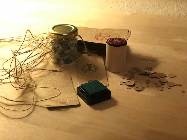 selbst gemachte Weihnachtsgeschenke  -hier Gewürzsalz - werden  vorbereitet